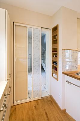 raumteiler im wohnbereich zwischen hauseingang und k chenzugang entstand ein raumteiler aus. Black Bedroom Furniture Sets. Home Design Ideas