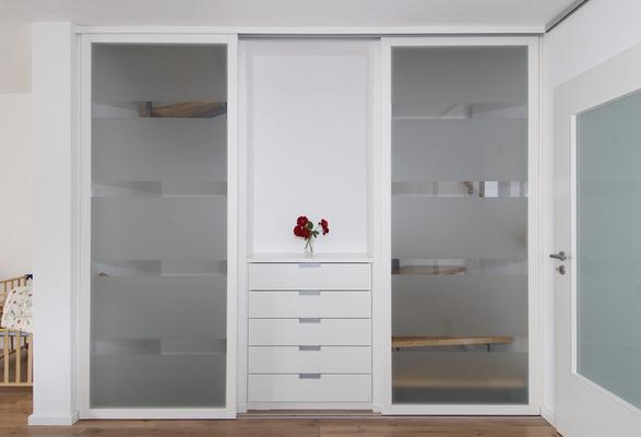 das treppenauge im treppenauge zwischen den treppenl ufen ist oft platz um einen windfang. Black Bedroom Furniture Sets. Home Design Ideas