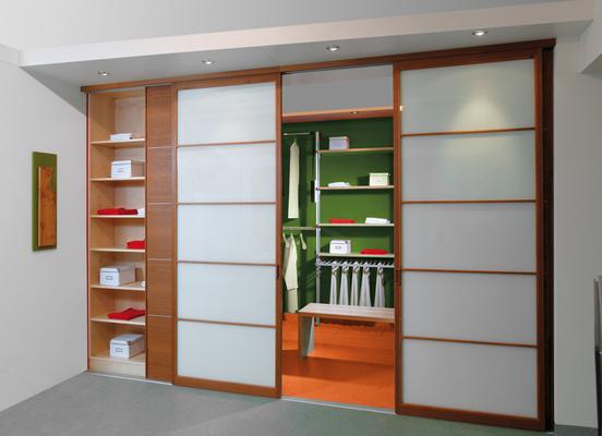 begehbar steht ausreichend raum zur verf gung machen wir ihren kleiderschrank begehbar es. Black Bedroom Furniture Sets. Home Design Ideas