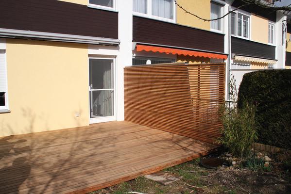 terrasse und trennwand aus quer montierten l rchen leisten besteht der moderne sichtschutz mit. Black Bedroom Furniture Sets. Home Design Ideas